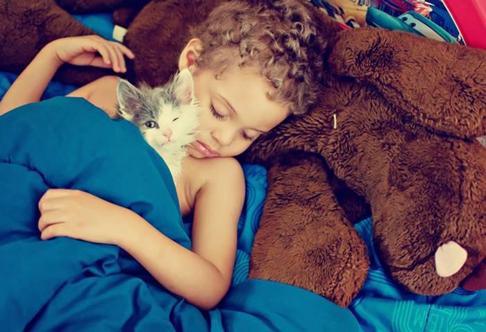 gyerekek-macskaikkal-015