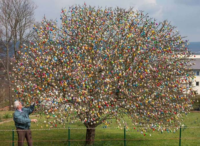TOPSHOTS-GERMANY-EASTER-EGGS-OFFBEAT